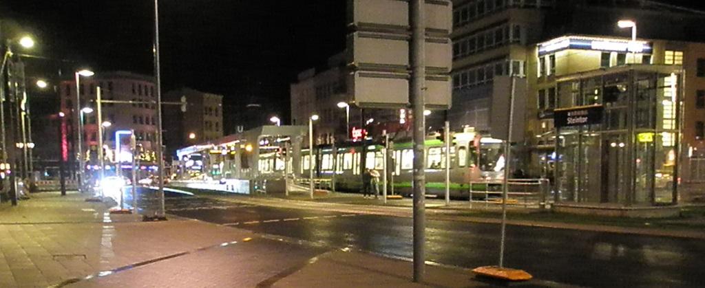 Proj 10 17 Hochbahnsteig Steintor Eröffnung 9 Dez19 Panoramabild.jpg