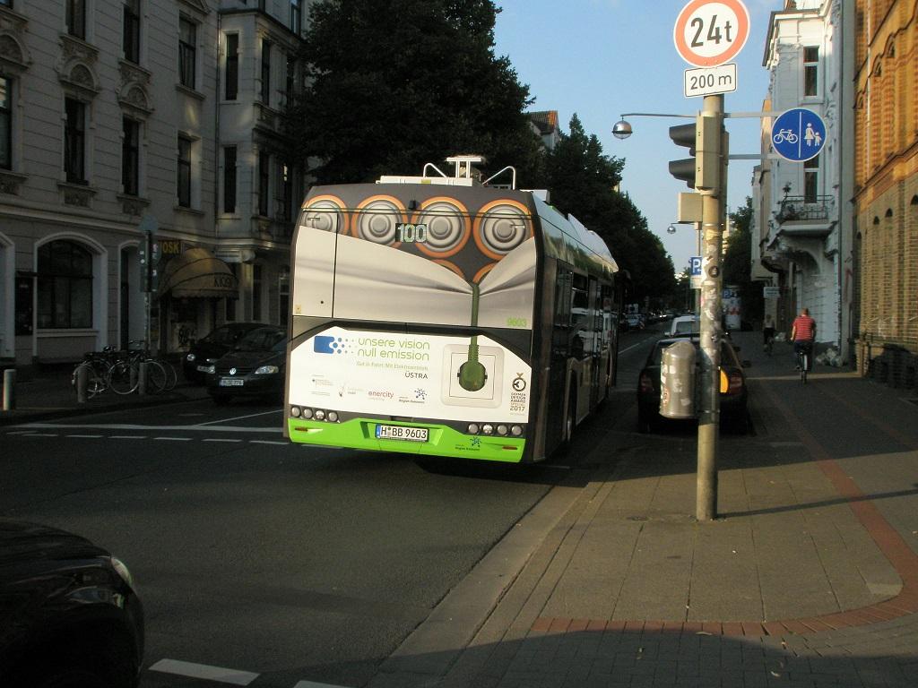 Solaris E-Bus fährt in Königsworther Straße ein.jpg