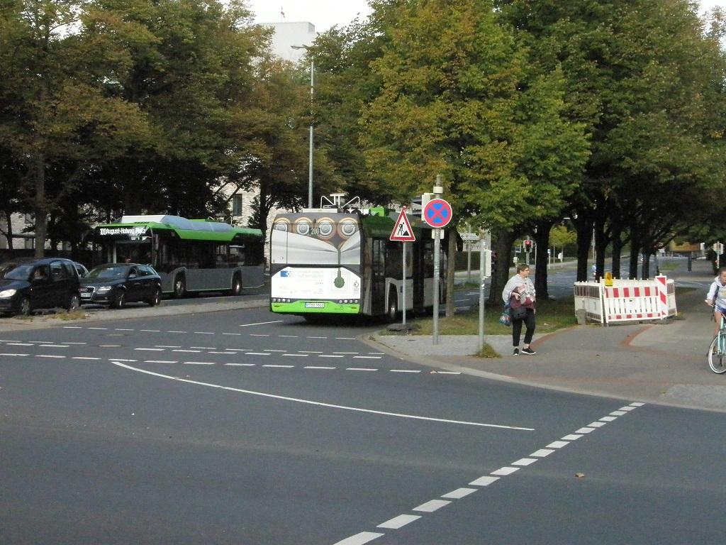 Solaris E-Bus zwei auf einem Bild an der Haltestelle Stadionbrücke.jpg