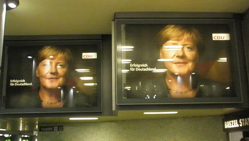 Bundestagswahlwerbung in der U-Bahn-Haltestelle Kröpcke Sep 17.jpg