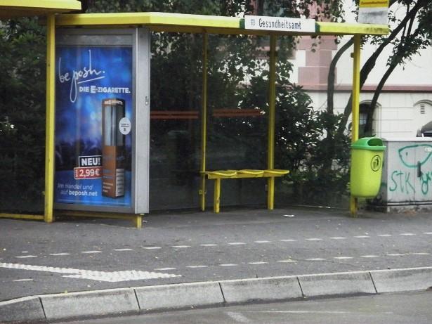 Rätselbild mit Schienen vor der Tür H Gesundheitsamt.jpg
