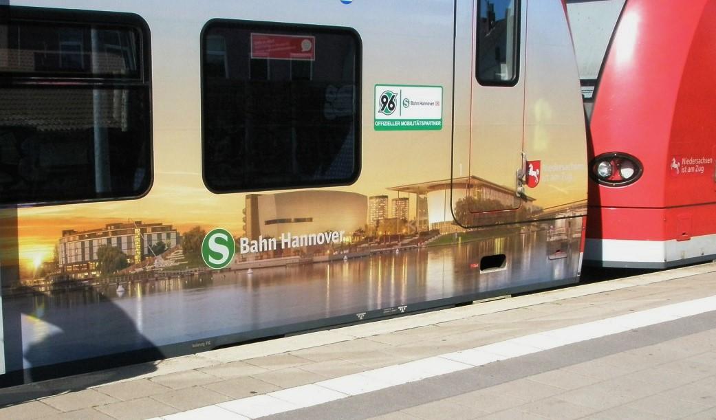2016 Juli S-Bahn mit Nds-Werbung Wo.jpg