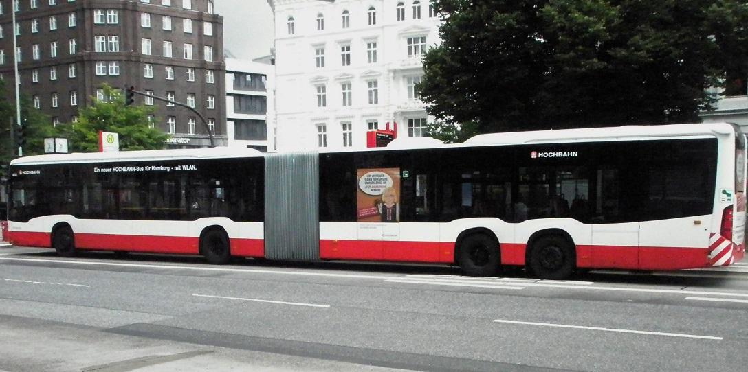 Metrobus Hamburg mit Gelenk und Doppelachse.jpg