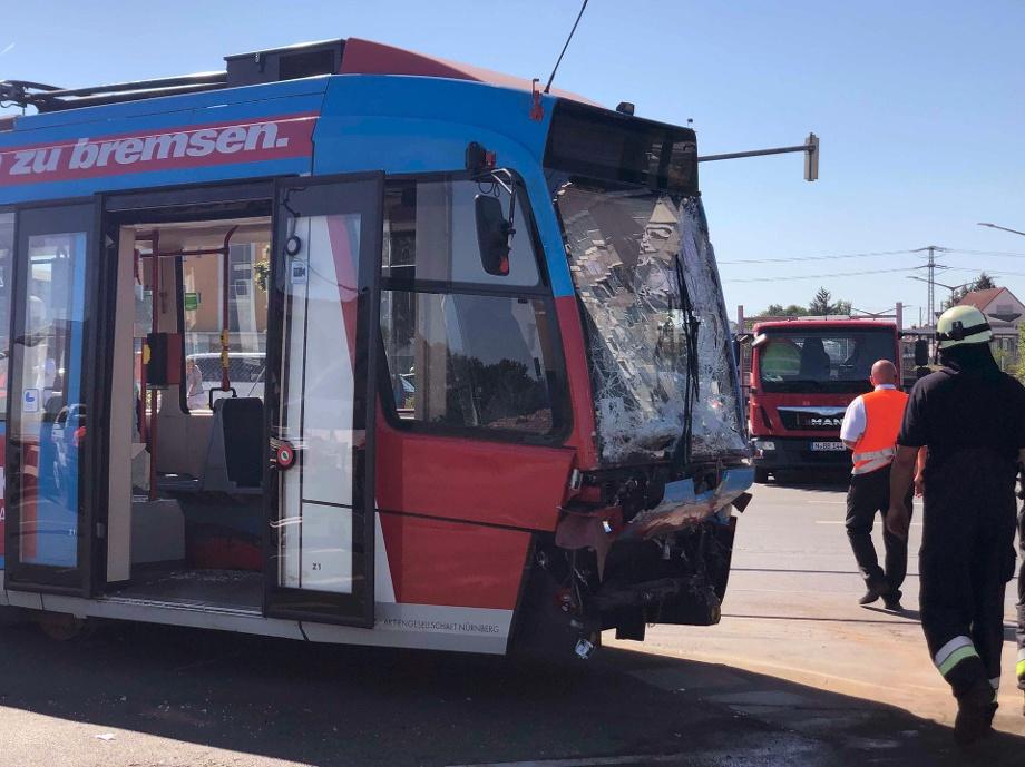 die-beschaedigte-tram-in-nuernberg-kam-es-zu-einem-unfall-im-osten-der-stadt-.jpg