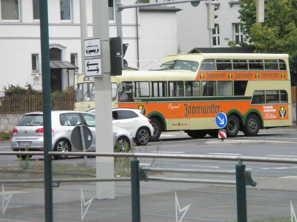Eineinhalb-Doppeldeckerbus Braunschweig.jpg