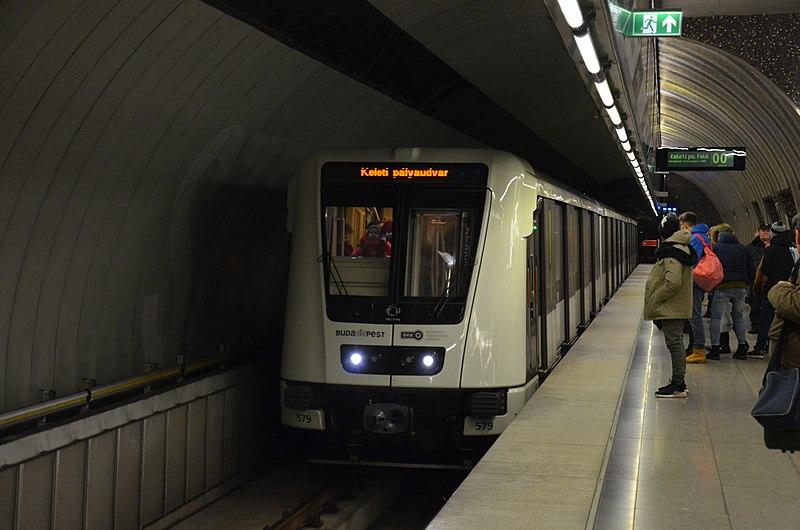 800px-Alstom_Metropolis_-_Budapest_Szent_Gell%C3%A9rt_t%C3%A9r_M4.jpg