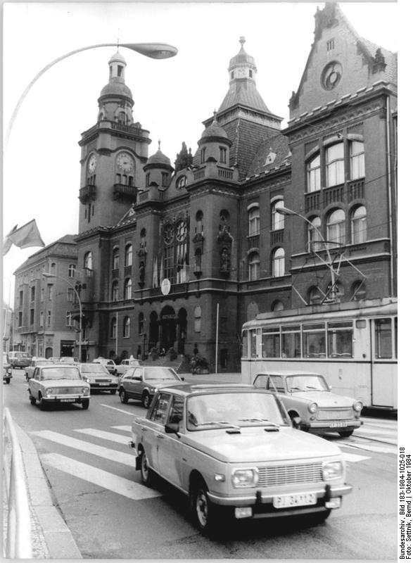 Bundesarchiv_Bild_183-1984-1025-018%2C_Berlin%2C_Rathaus_Pankow.jpg