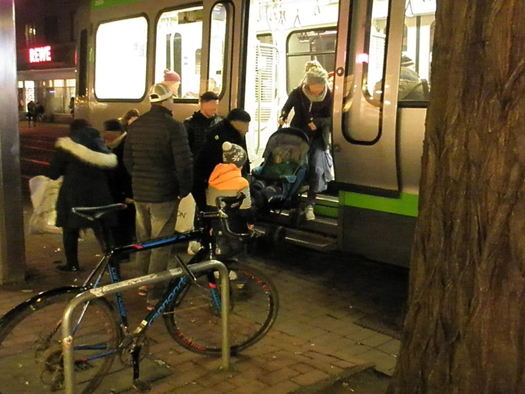Hochbahnsteig Küchengarten wann kommt er 11-2019 Einsteigen mit Kinderwagen.jpg
