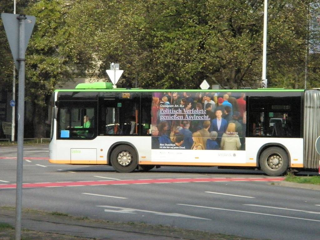 Politisch Verfolgte genießen Asylrecht auf Omnibus.jpg