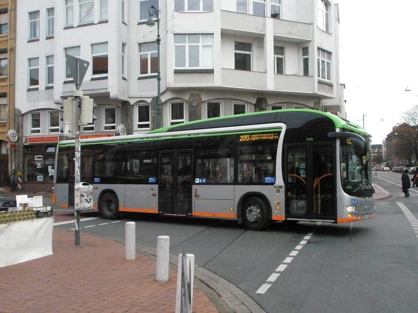 MAN-Hybrid-Omnibus vor Marktapotheke.jpg