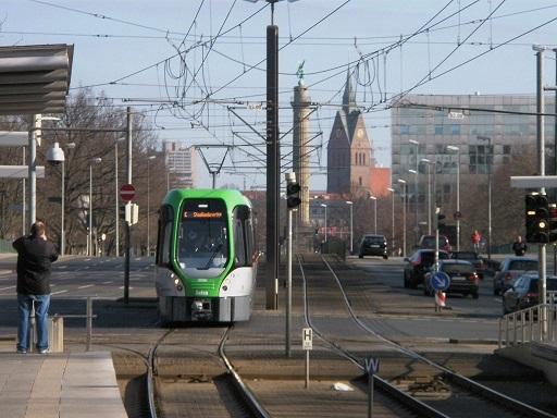 20140308 TW 3000 fährt in Station Allerweg ein verkleinert.jpg