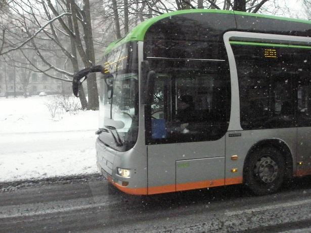 201601 MAN-Hybridbus im Winter mit Rathaus.jpg