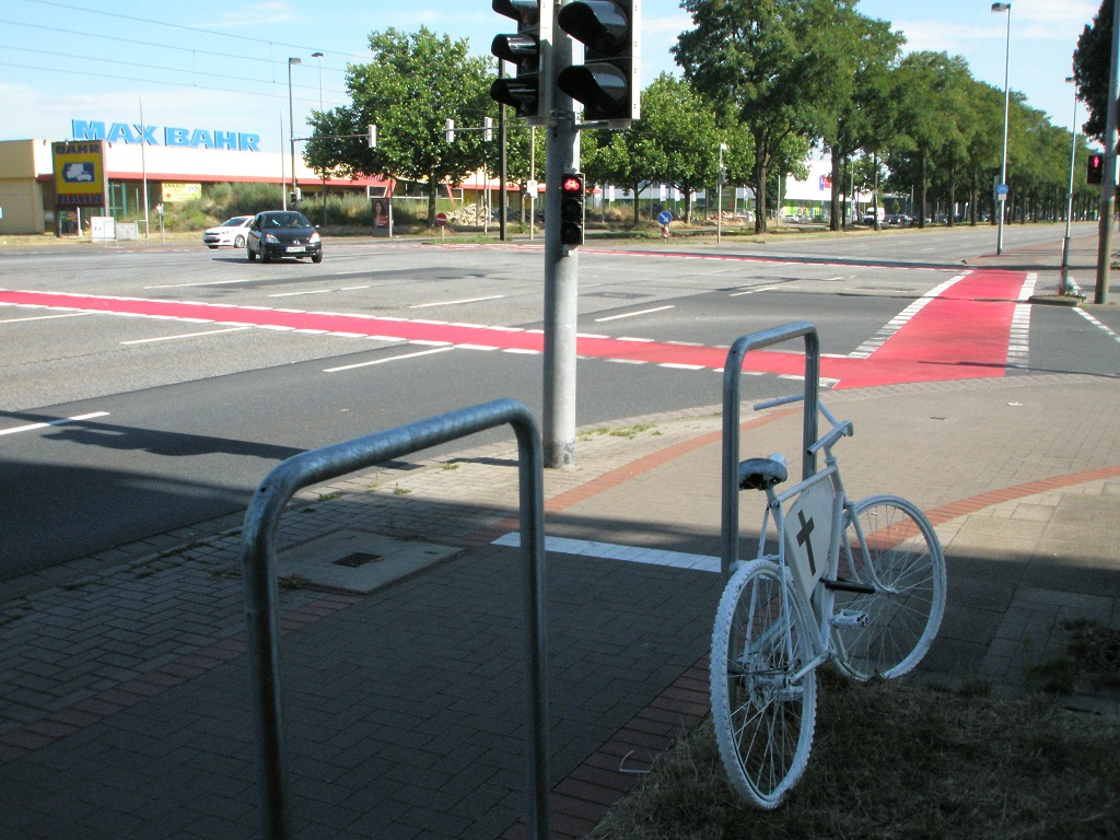 Rotmarkierung Fahrradfurten Vahrenwalder Straße Ecke Industrieweg.jpg