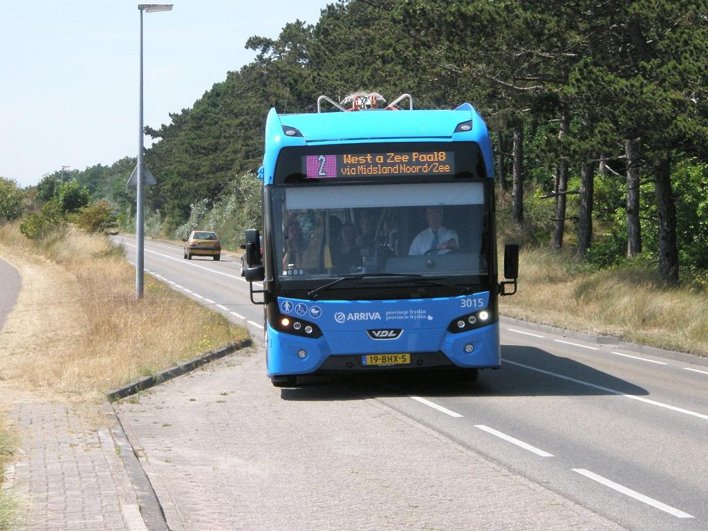 Terschelling Elektrobus von VDL fährt Bushaltestelle an.jpg