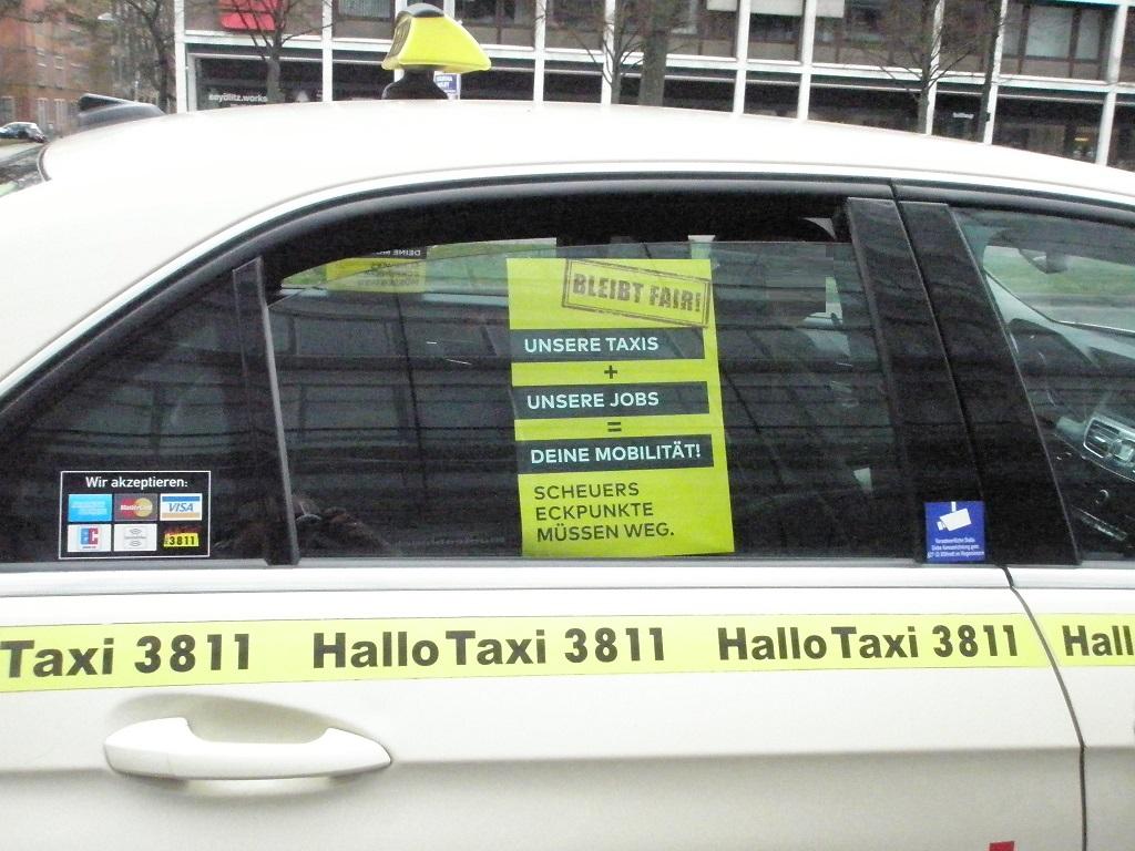 Taxifahrerproteste gegen Scheuers Eckpunkte mit Plakat.jpg