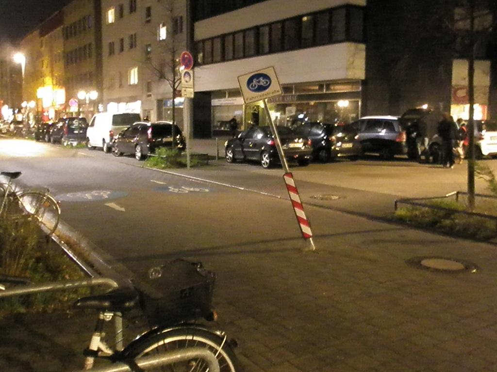 krumm gefahrenes Fahrradstraßenschild Lange Laube.jpg