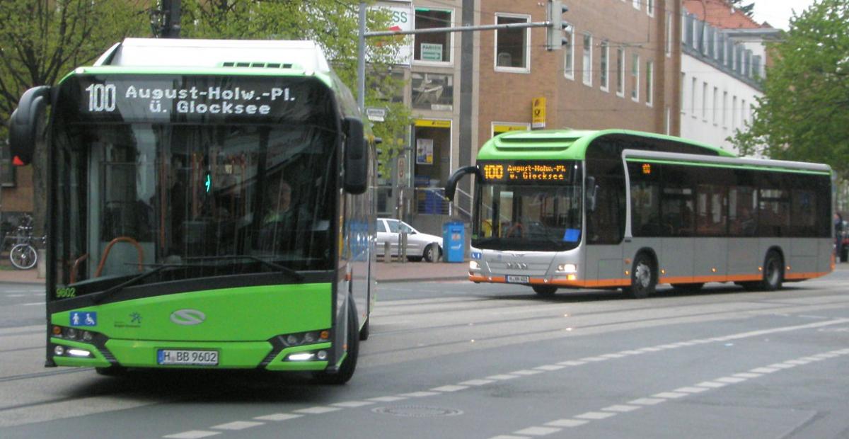 20170418 Solaris E-Bus und MAN-Hybridbus auf Linie 100.jpg