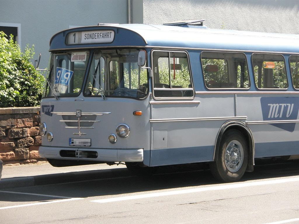 Marburg Oldtimer-Bus mit Rollbandanzeige.jpg