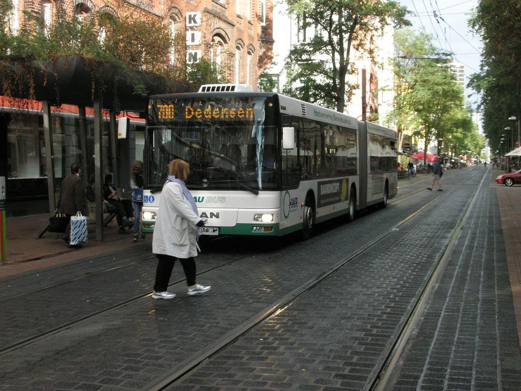 Bushaltestelle langsam vorbeifahren Person kreuzt Fahrbahn Leinaustraße.jpg