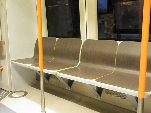 Zug TW 3000 Sitze mit niedriger Lehne.jpg