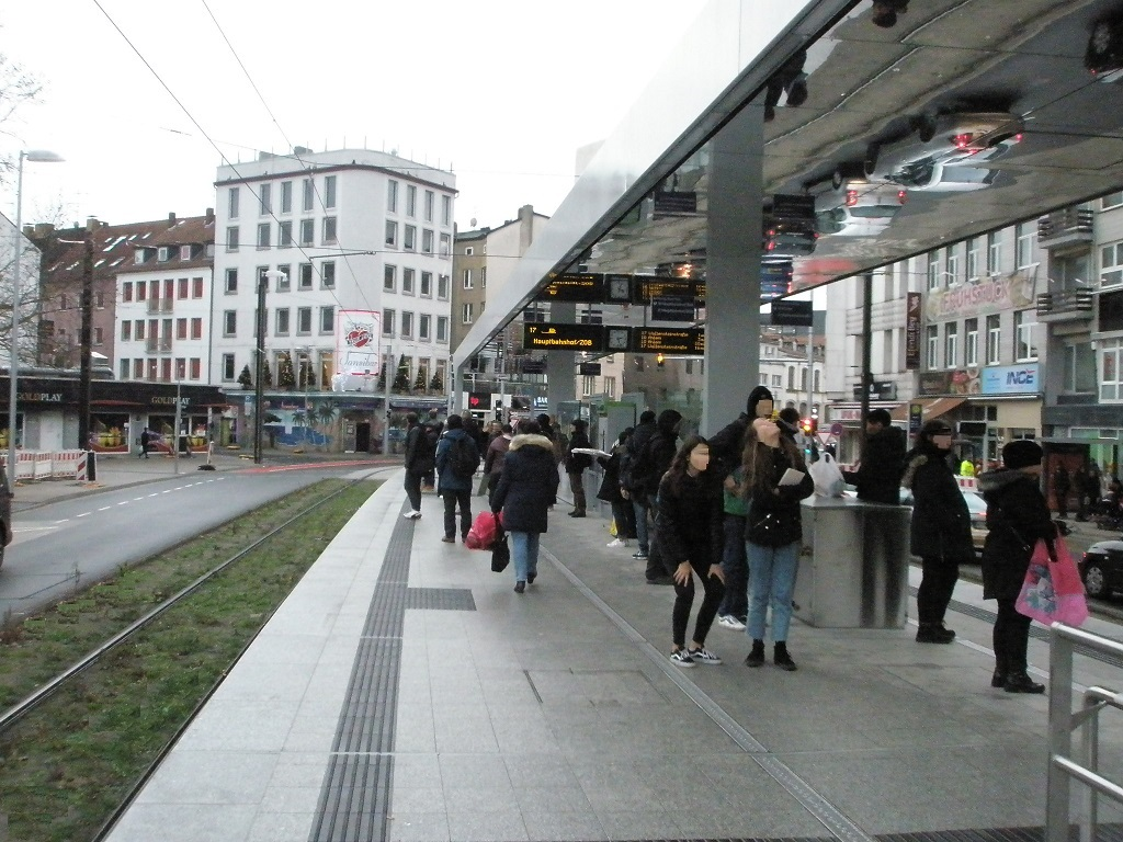 Proj 10 17 Hochbahnsteig Steintor Passanten bestaunen Spiegeldecke Grüngleis.jpg