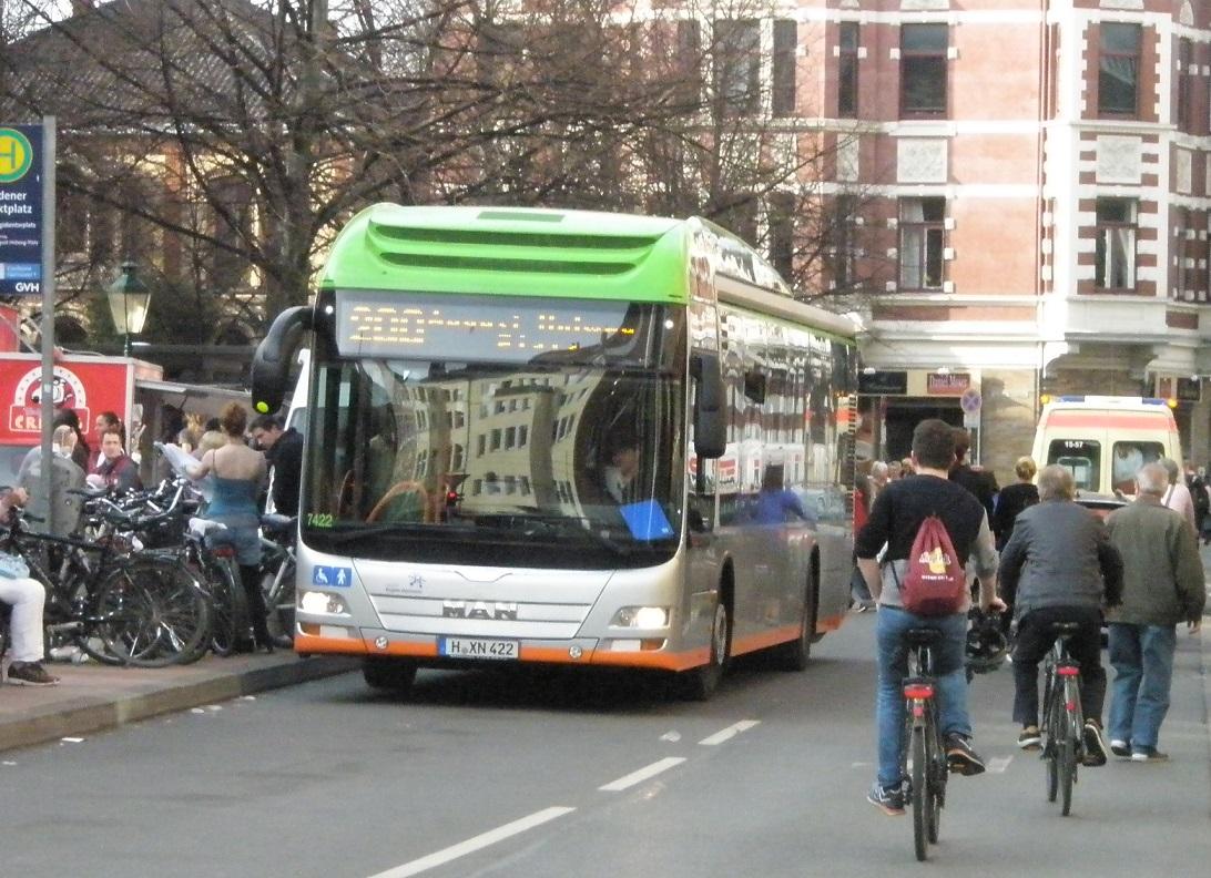 MAN-Bus-Radfahrer-Rettungswagen-Fußgänger.jpg