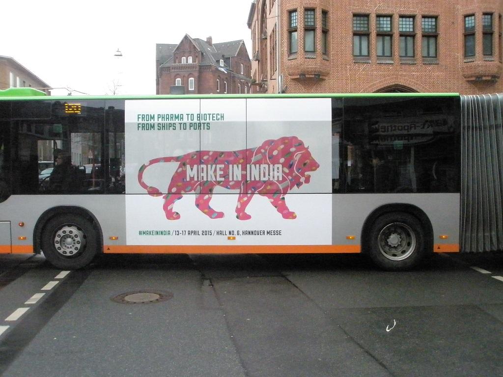 Werbung auf Stadtbahn - Bus für Indien.jpg