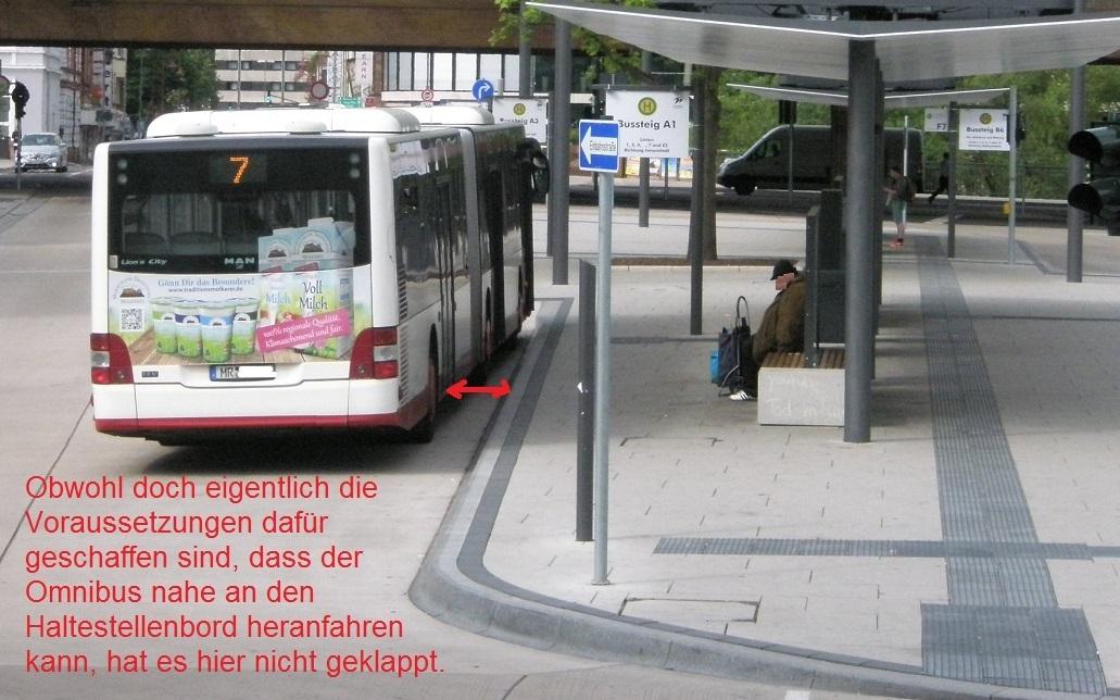 Marburg neuer Bahnhofsvorplatz mit Bus.jpg