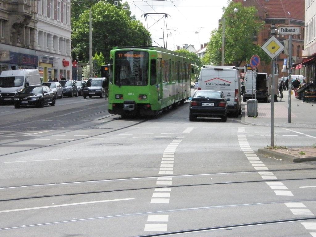 TW 6000 hier TW 6256 hat gerade Schwarzer Bär verlassen Richtung Wallensteinstraße.jpg