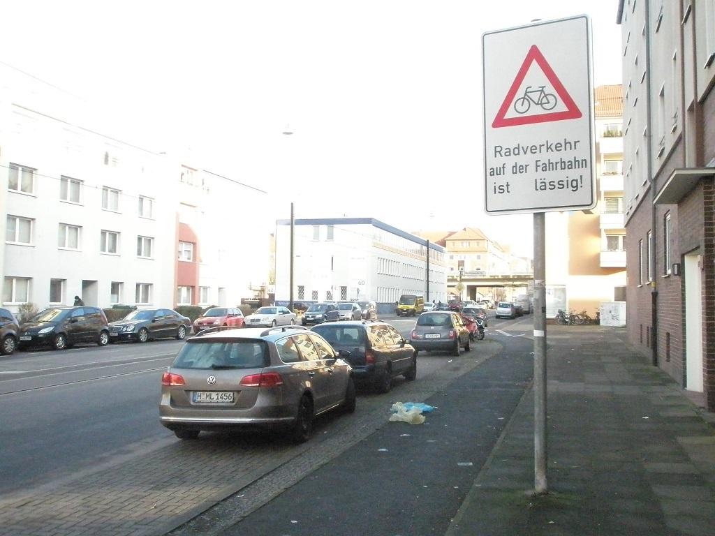 Radverkehr auf der Fahrbahn ist LÄSSIG Davenstedter Straße nach Real.jpg
