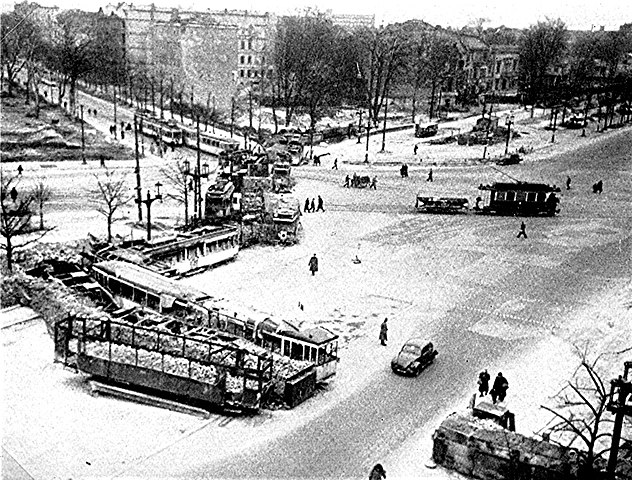 632px-Barrikaden_in_Berlin.jpg