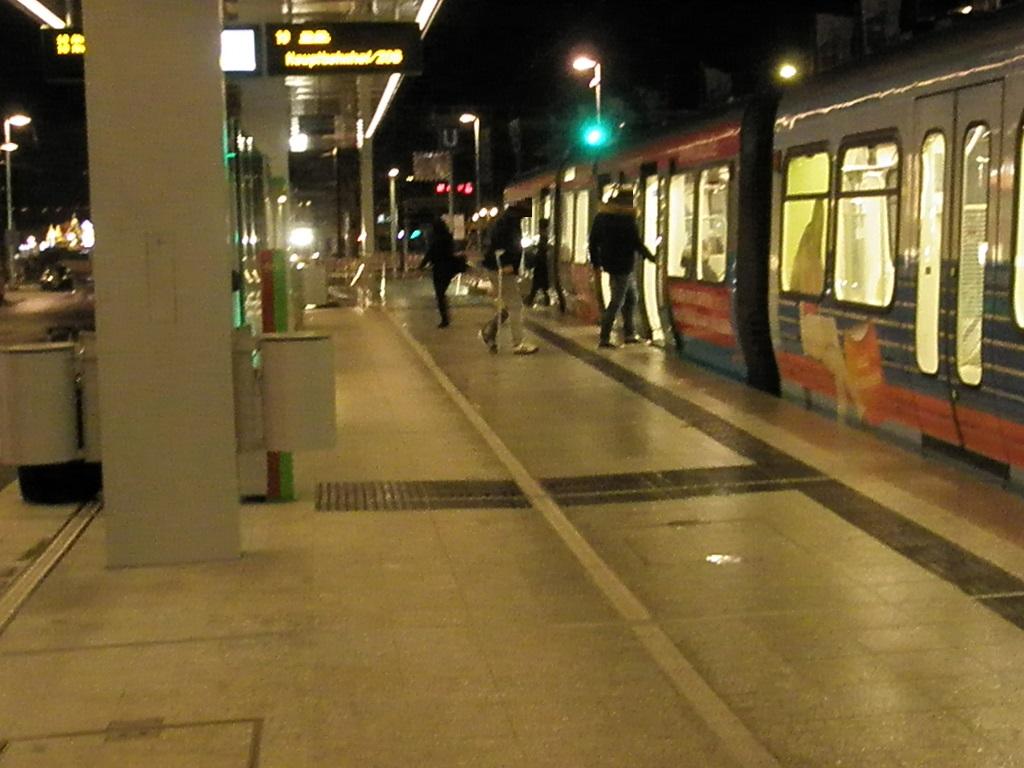 Proj 10 17 Hochbahnsteig Steintor Eröffnung 9 Dez19 Mann mit Krücken.jpg