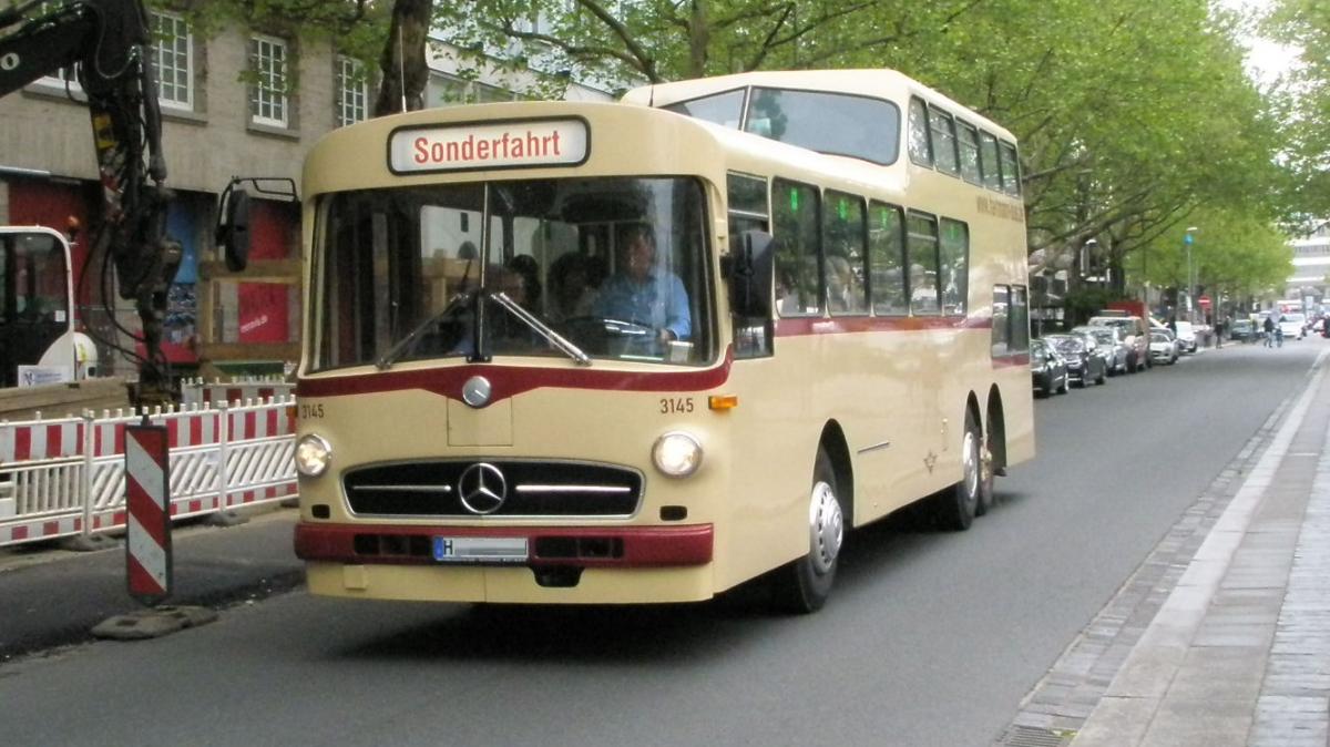 Mercedes Eineinhalbdecker Oldtimerbus in der Georgstraße 1.jpg