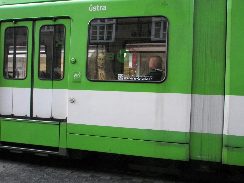 2016 Wer war Leibniz im Straßenbahnfenster.jpg
