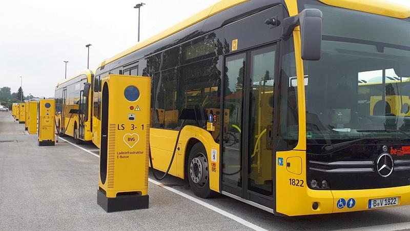 Ladesäule mit Bus.jpg