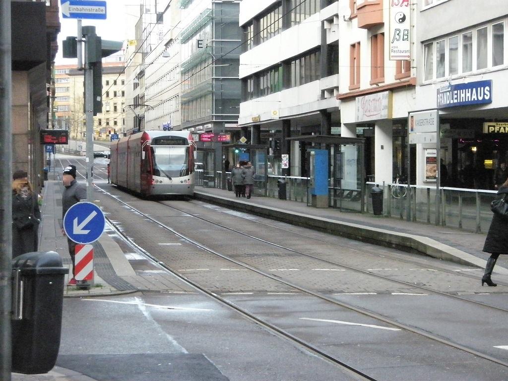 Saarbahn Haltestelle mit hohem Geländer.jpg