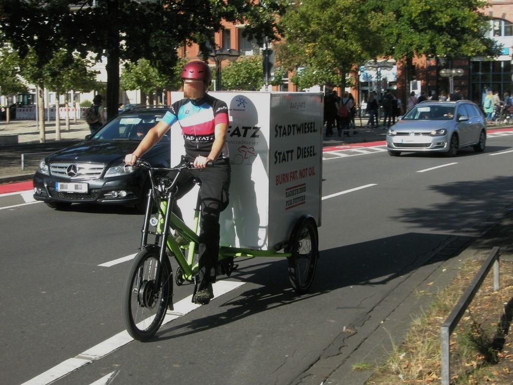 Lastenfahrrad Dreirad mit Kasten hinten.jpg