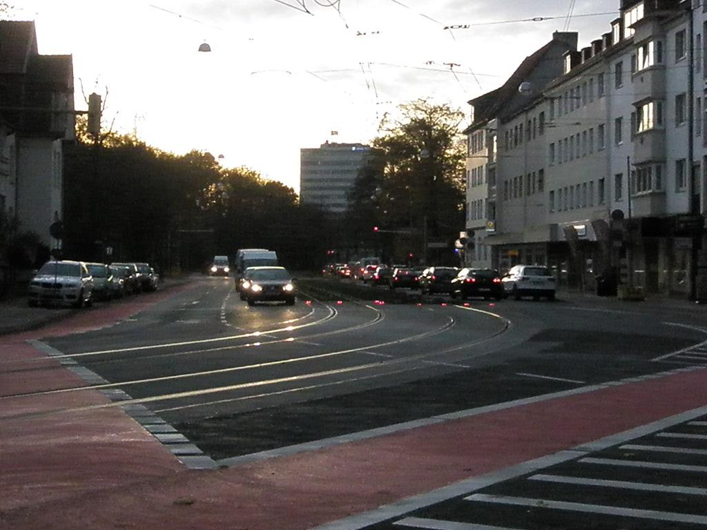 lustige Schilder verdrehtes rechts vorbeifahren Boden-Signallampen nahe Kantplatz.jpg
