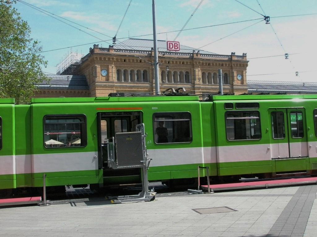 Proj 10 17 20190610 Stadtbahn auf dem Bahnhofsvorplatz zurückgekehrt 2 Lifter der Bundesbahn.jpg