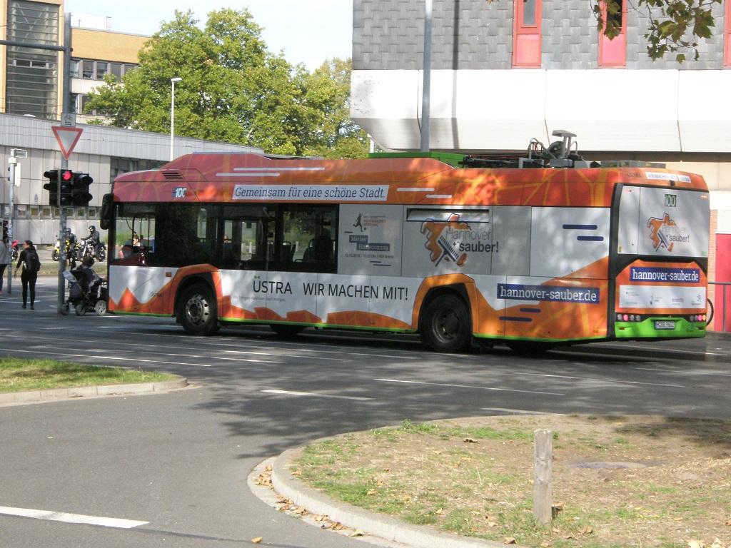 Solaris E-Bus mit Hannover sauber Werbung vor Ihme-Zentrum Okt 18.jpg