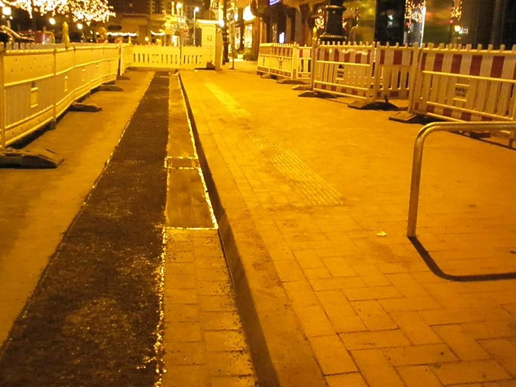 Haltestelle Lindener Marktplatz 2016 Blindenleitstreifen.jpg