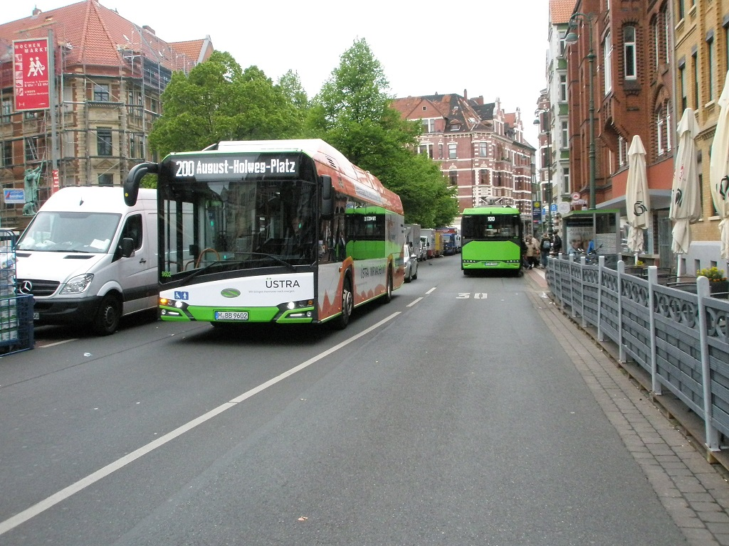 Solaris E-Bus Hannover zwei an H Lindener Marktplatz Mai 2019.jpg