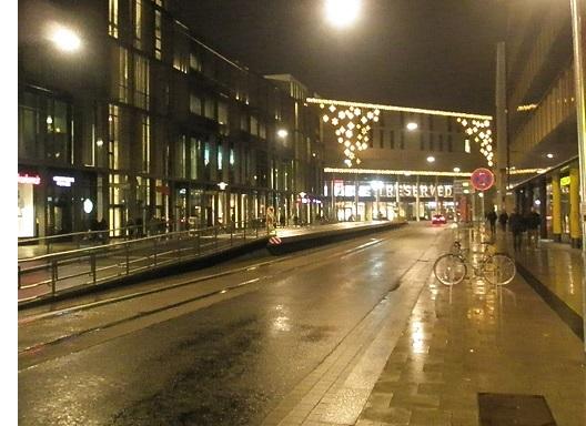 Proj 10 17 Hochbahnsteig Hauptbahnhof Rosenstraße im Bau bei Nacht mit Rand.jpg