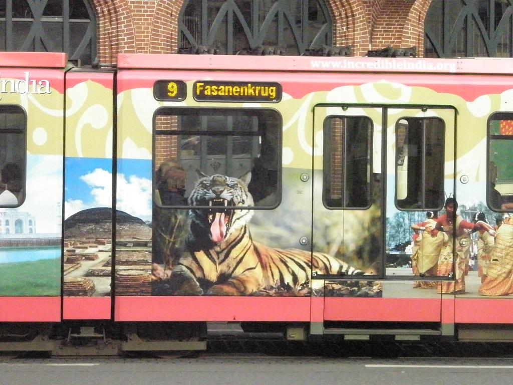 Werbung auf Stadtbahn für Indien.jpg