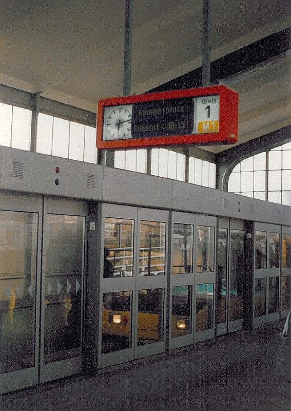 Gu Linie M1 Bahnsteigtür.jpg