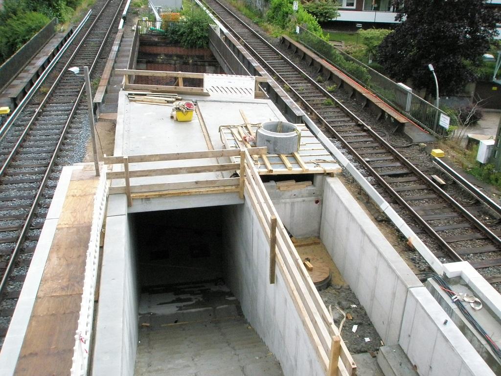 Hamburg Kornweg Juni 18 erneuerte Treppe und neuer Fahrstuhlschacht.jpg