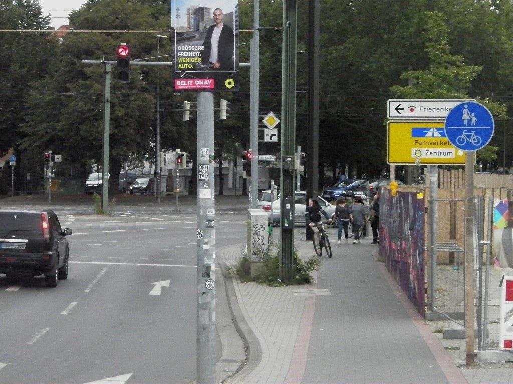Belit Onay mit Rad vor Hochstraße an Benno-Ohnesorg-Brücke.jpg
