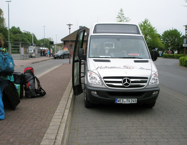Kleinbustüren zu tief ÖPNV in Xanten 2014.jpg