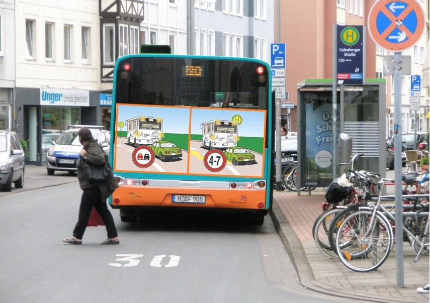 Bus mit Verkehrshinweis am Heck.jpg