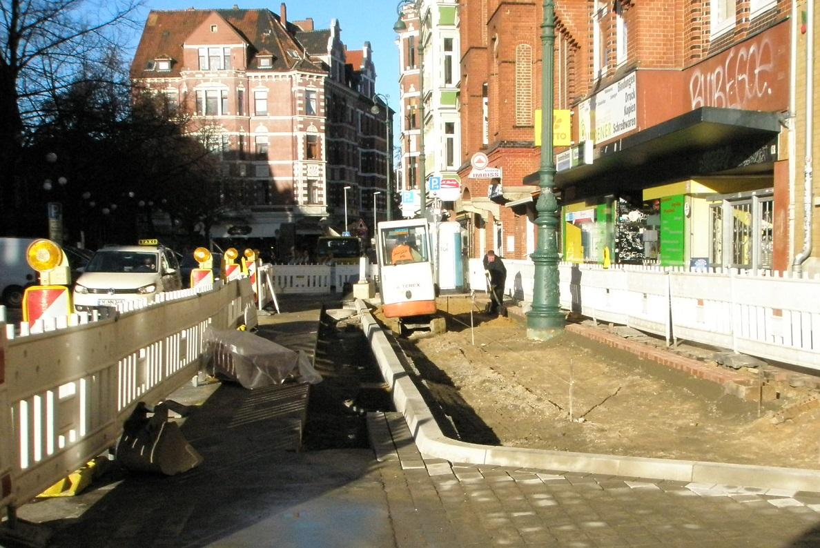 Haltestelle Lindener Marktplatz 2015 Neuer Haltebord steht.jpg